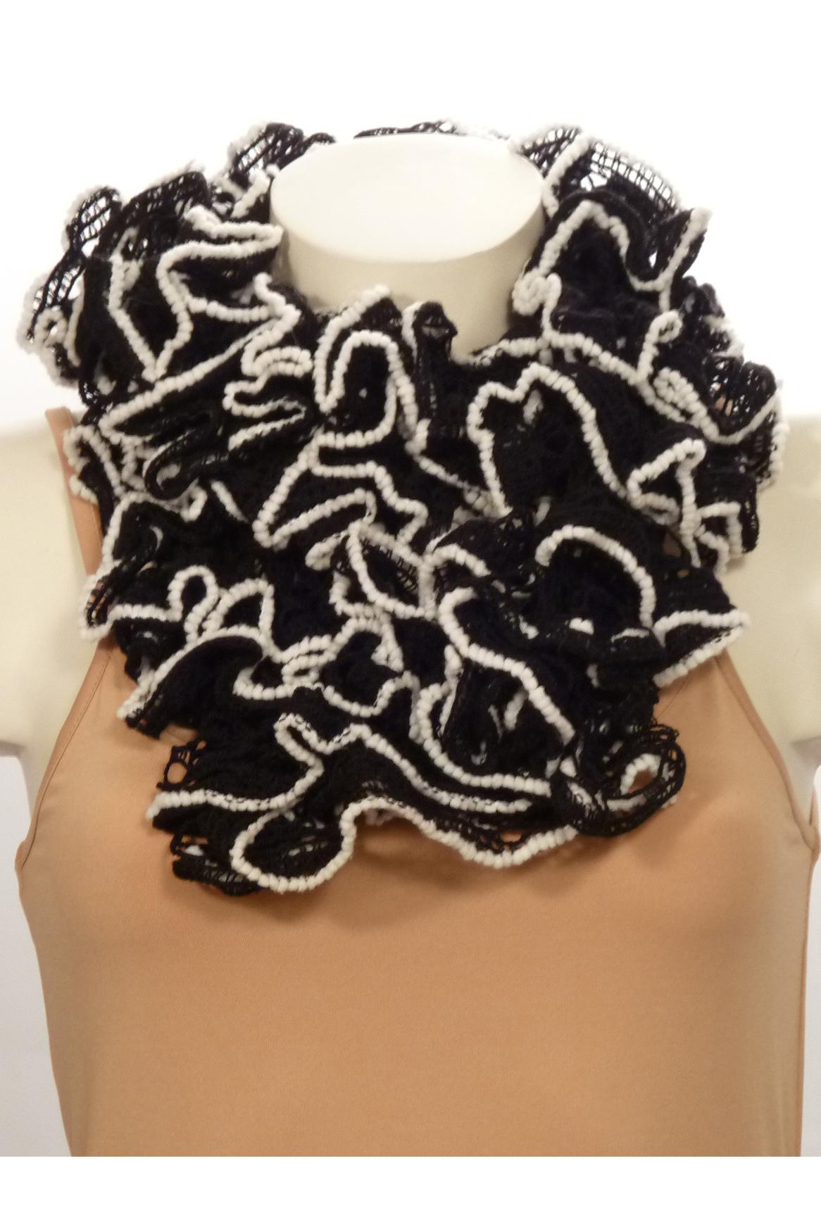 ШарфВязанный шарф придаст вашему образу романтичности. Этот удобный длинный кружевной шарф вяжут оригинальным узором,  который позволяет создать эффектные воланы.  Длина шарфа 1,5 метра.  В изделии использованы цвета: черный, белый<br><br>По сезону: Зима<br>Размер : UNI<br>Материал: Вязаное полотно<br>Количество в наличии: 3