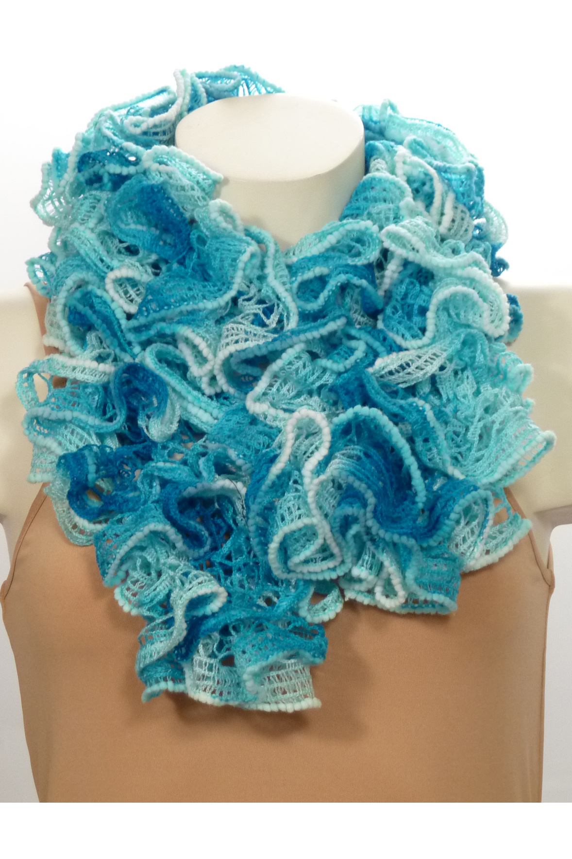 ШарфШарфы<br>Вязанный шарф придаст вашему образу романтичности. Этот удобный длинный кружевной шарф вяжут оригинальным узором,  который позволяет создать эффектные воланы.  Длина шарфа 1,5 метра.  В изделии использованы цвета: бирюзовый<br><br>По сезону: Зима<br>Размер : UNI<br>Материал: Вязаное полотно<br>Количество в наличии: 3