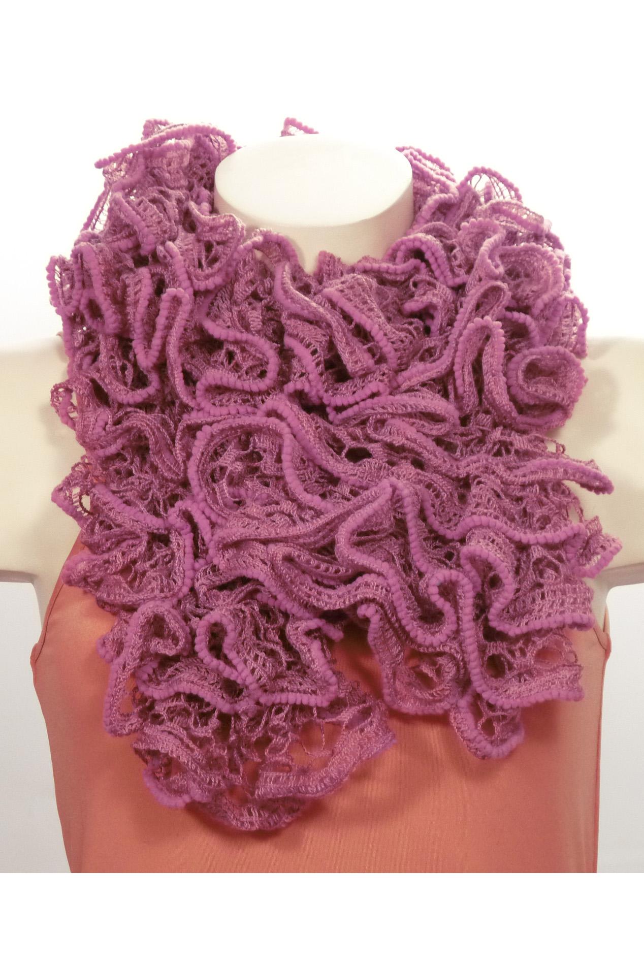 ШарфШарфы<br>Вязанный шарф придаст вашему образу романтичности. Этот удобный длинный кружевной шарф вяжут оригинальным узором,  который позволяет создать эффектные воланы.  Длина шарфа 1,5 метра.  В изделии использованы цвета: фиолетовый<br><br>По сезону: Зима<br>Размер : UNI<br>Материал: Вязаное полотно<br>Количество в наличии: 2