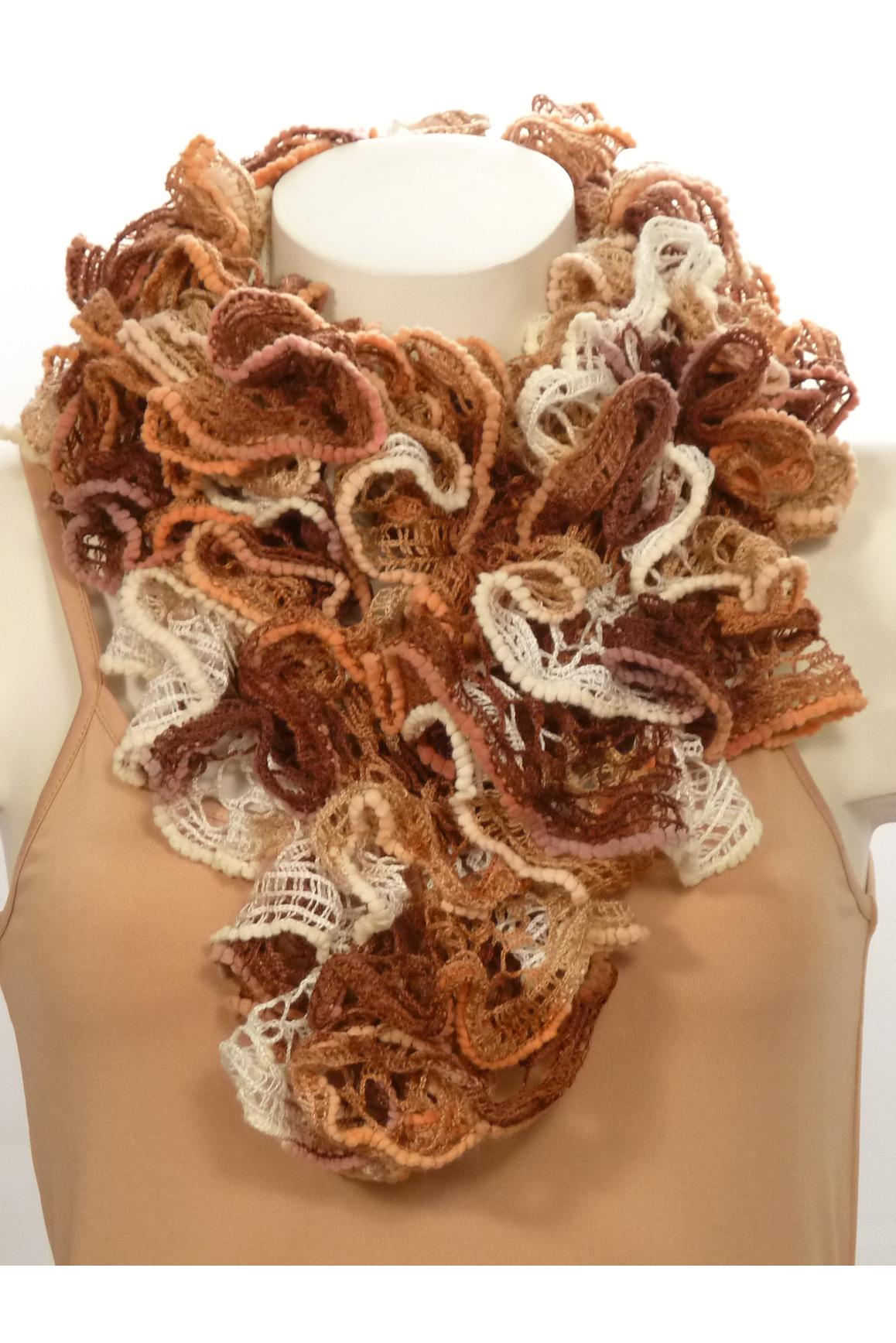 ШарфШарфы<br>Вязанный шарф придаст вашему образу романтичности. Этот удобный длинный кружевной шарф вяжут оригинальным узором,  который позволяет создать эффектные воланы.  Длина шарфа 1,5 метра.  В изделии использованы цвета: бежевый, коричневый<br><br>По сезону: Зима<br>Размер : UNI<br>Материал: Вязаное полотно<br>Количество в наличии: 3