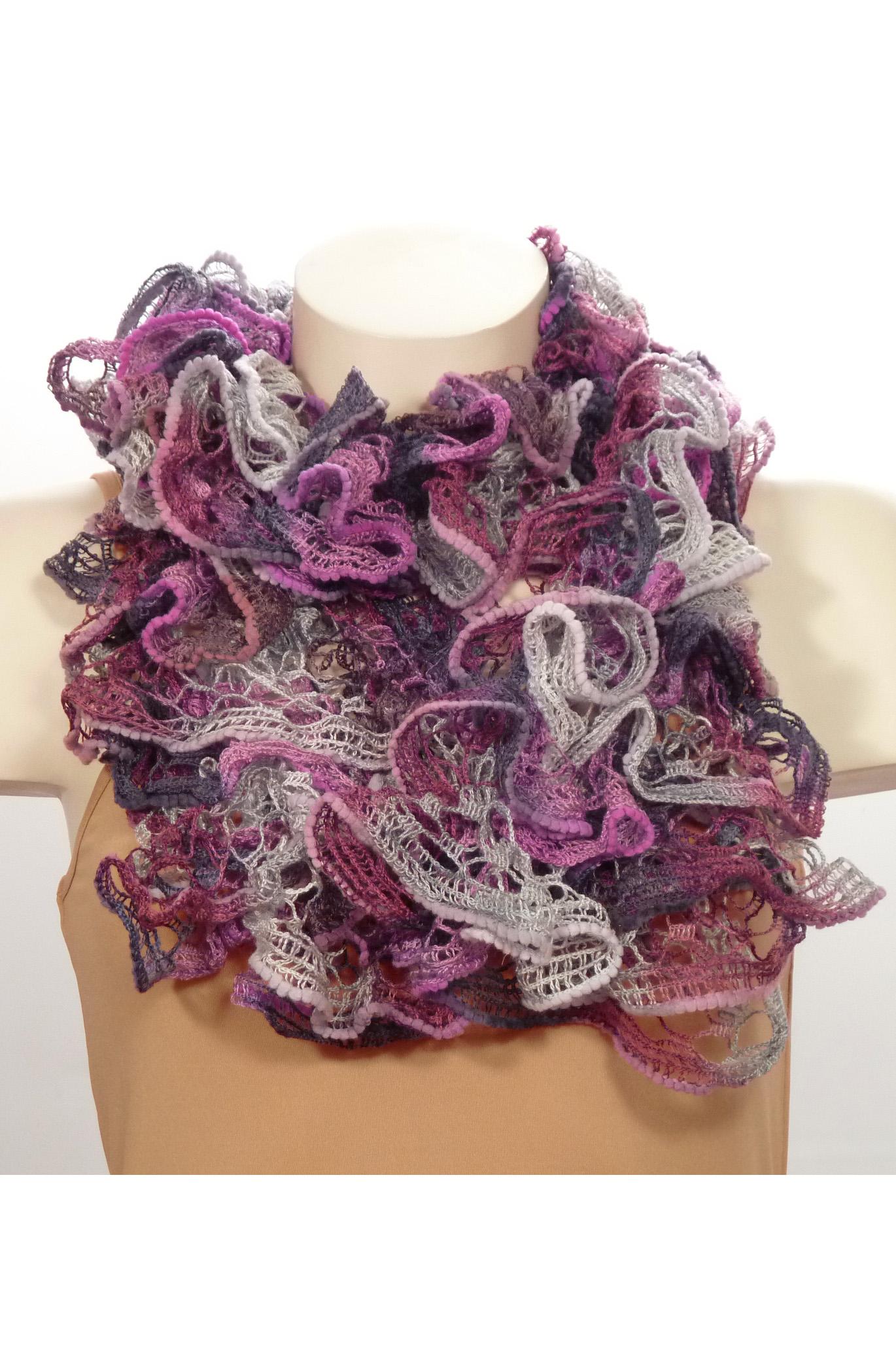 ШарфШарфы<br>Вязанный шарф придаст вашему образу романтичности. Этот удобный длинный кружевной шарф вяжут оригинальным узором,  который позволяет создать эффектные воланы.  Длина шарфа 1,5 метра.  В изделии использованы цвета: фиолетовый, сиреневый и др.<br><br>По сезону: Зима<br>Размер : UNI<br>Материал: Вязаное полотно<br>Количество в наличии: 3