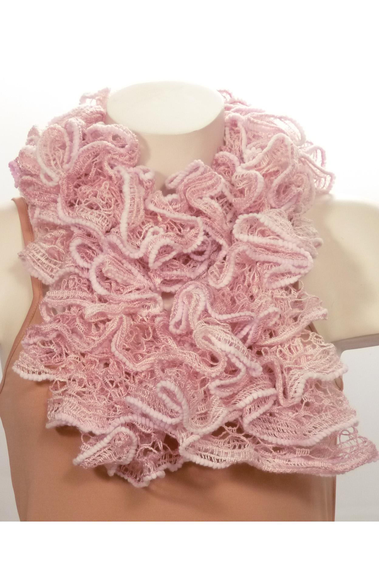 ШарфШарфы<br>Вязанный шарф придаст вашему образу романтичности. Этот удобный длинный кружевной шарф вяжут оригинальным узором,  который позволяет создать эффектные воланы.  Длина шарфа 1,5 метра.  В изделии использованы цвета: розовый<br><br>По сезону: Зима<br>Размер : UNI<br>Материал: Вязаное полотно<br>Количество в наличии: 3