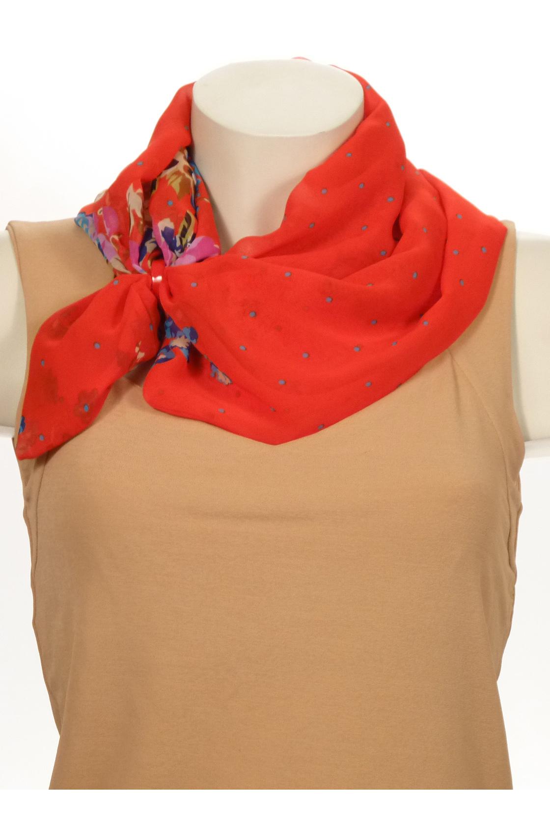 Шарф-дуэтШарфы<br>Шарф - дуэт это тандем шарфа и муфты, которая вшита в шарф - трубу. Шарф - труба в сшитом состоянии: длина 140 см, ширина 24 см.  В изделии использованы цвета: красный, синий и др.<br><br>По сезону: Всесезон<br>Размер : UNI<br>Материал: Шифон<br>Количество в наличии: 2