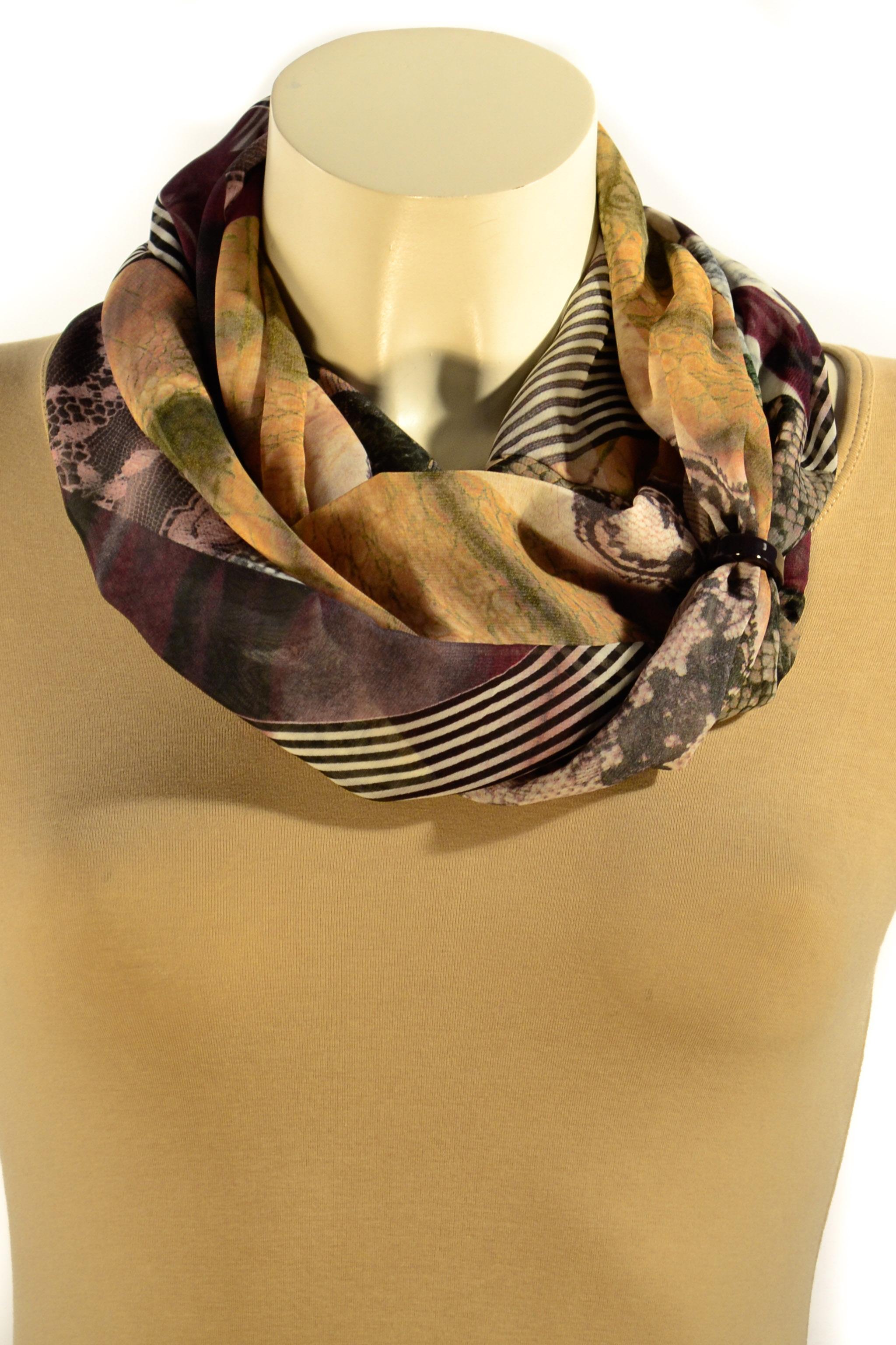 Шарф-дуэтШарфы<br>Шарф - дуэт это тандем шарфа и муфты, которая вшита в шарф - трубу. Шарф - труба в сшитом состоянии: длина 140 см, ширина 24 см.  В изделии использованы цвета: коричневый, бежевый и др.<br><br>По сезону: Всесезон<br>Размер : UNI<br>Материал: Шифон<br>Количество в наличии: 2