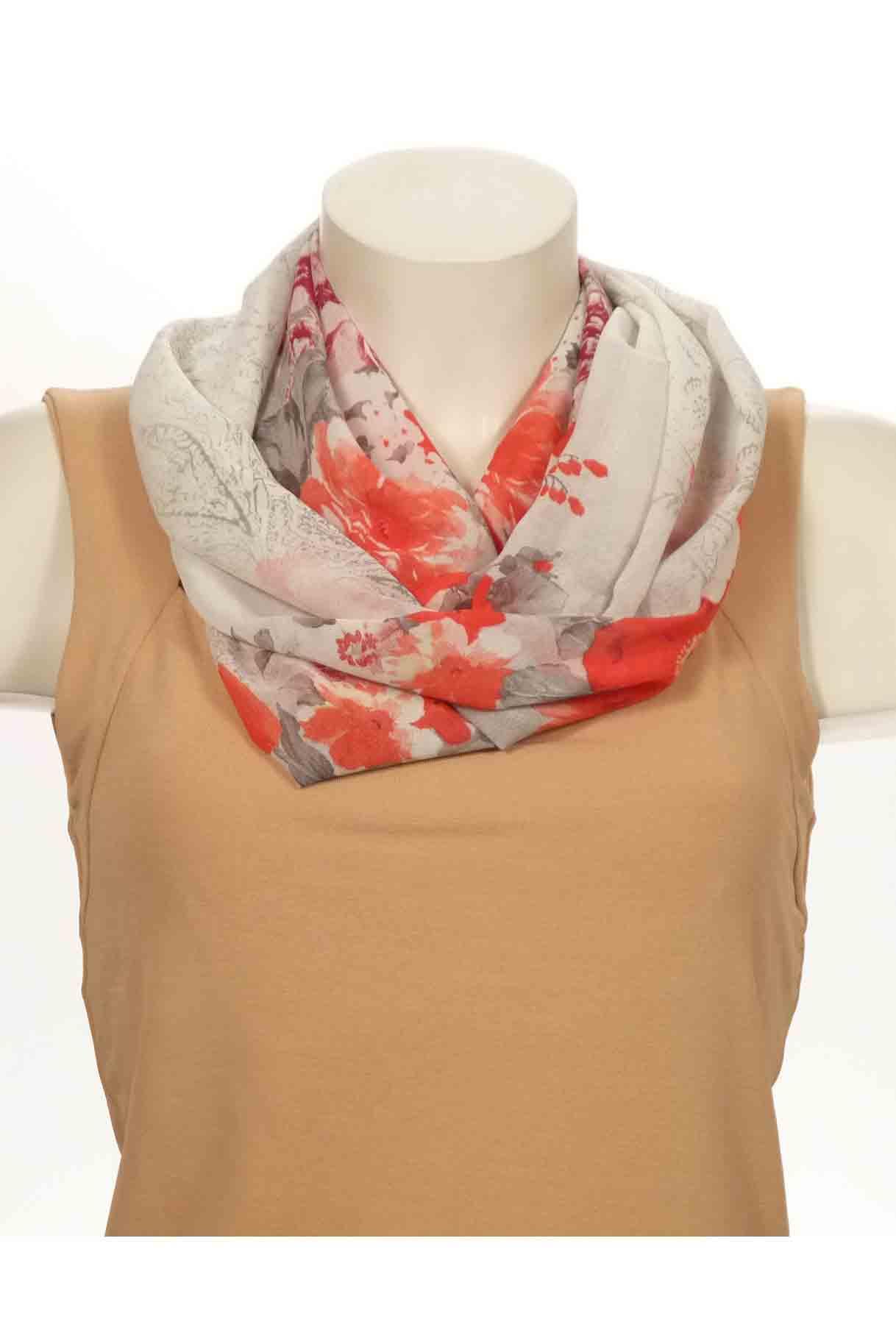 Шарф-дуэтШарфы<br>Шарф - дуэт это тандем шарфа и муфты, которая вшита в шарф - трубу. Шарф - труба в сшитом состоянии: длина 140 см, ширина 24 см.  В изделии использованы цвета: белый, серый, красный<br><br>По сезону: Всесезон<br>Размер : UNI<br>Материал: Шифон<br>Количество в наличии: 2