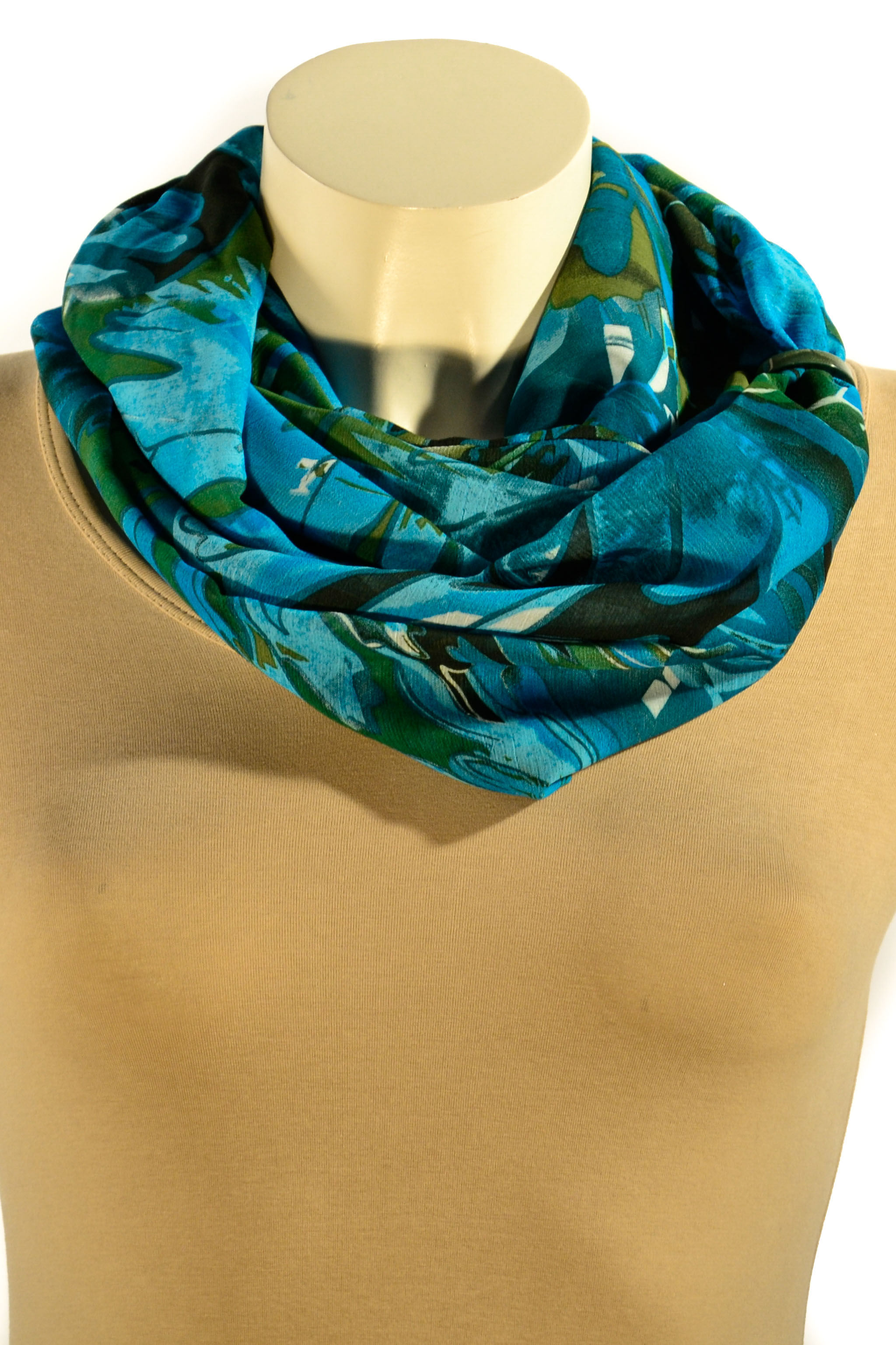Шарф-дуэтШарфы<br>Шарф - дуэт это тандем шарфа и муфты, которая вшита в шарф - трубу. Шарф - труба в сшитом состоянии: длина 144 см, ширина 27 см. Шарф без аксессуаров.  В изделии использованы цвета: голубой, зеленый и др.<br><br>По сезону: Всесезон<br>Размер : UNI<br>Материал: Шифон<br>Количество в наличии: 2