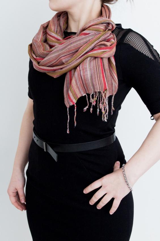 ШарфШарфы<br>Простой и изысканный хлопковый шарф в разноцветные светлые полоски и с добавлением тонких нитей люрекса. Такой шарф можно завязать разными интересными узлами носить вместо украшений Он подходит как для ношения в тёплое время года с легкой одеждой, так и в прохладную погоду с куртками, тренчами и пиджаками.  В изделии использованы цвета: коричневый, красный и др.  Размеры: 50*175 см.<br><br>Сезон: Всесезон<br>Размер : UNI<br>Материал: Хлопок<br>Количество в наличии: 1