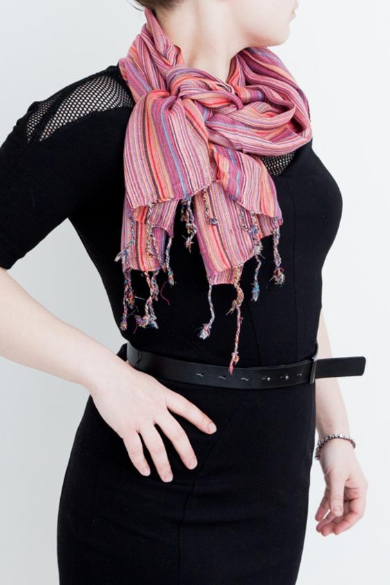 ШарфШарфы<br>Простой и изысканный хлопковый шарф в разноцветные светлые полоски и с добавлением тонких нитей люрекса. Такой шарф можно завязать разными интересными узлами носить вместо украшений! Он подходит как для ношения в тёплое время года с легкой одеждой, так и в прохладную погоду с куртками, тренчами и пиджаками.В изделии использованы цвета: розовый, оранжевый и др.Размеры: 50*175 см.<br><br>Сезон: Всесезон<br>Размер : UNI<br>Материал: Хлопок<br>Количество в наличии: 4