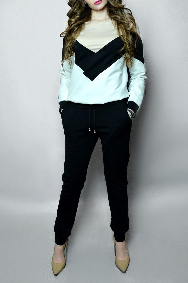 Спортивный костюмСпортивные костюмы<br>Модный спортивный костюм состоит из свитшота и брюк. Модель выполнена из плотного трикотажа. Отличный выбор для занятий спортом или активного отдыха.  В изделии использованы цвета: черный, молочный, бежевый  Ростовка изделия 170 см.<br><br>Горловина: С- горловина<br>По длине: Макси<br>По материалу: Трикотаж<br>По рисунку: Цветные<br>По силуэту: Полуприталенные<br>По стилю: Повседневный стиль,Спортивный стиль<br>По форме: Костюм двойка,Спортивные брюки<br>По элементам: С манжетами<br>Рукав: Длинный рукав<br>По сезону: Осень,Весна<br>Размер : 40,42,44,46,48-50<br>Материал: Джерси<br>Количество в наличии: 5