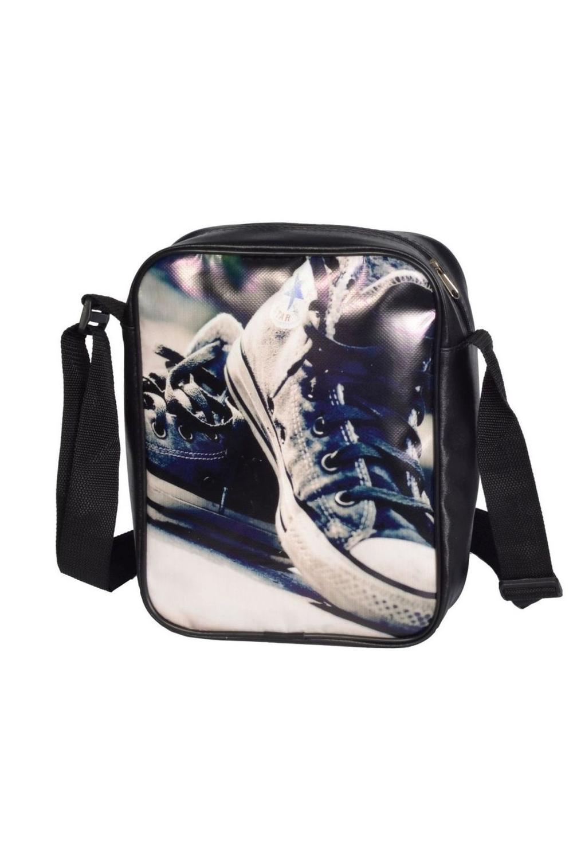 СумкаПодростковые сумки<br>Молодежная сумка с интересным принтом. Модель с застежкой на молнию и одной плечевой ручкой.  В изделии использованы цвета: черный, белый, синий и др.  Габариты: 24*30*8<br><br>По сезону: Всесезон<br>Размер : UNI<br>Материал: Полиэстер<br>Количество в наличии: 2