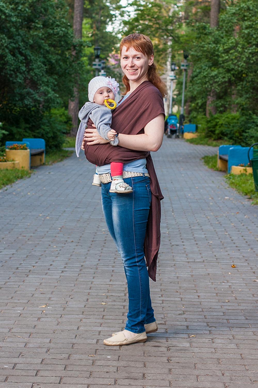 Слинг-шарфСлинги, кенгуру и эрго-рюкзаки<br>Слинг-шарфы отвечают всем требованиям к слингам для новорожденных – натуральные, экологичные, гипоаллергенные, при этом прочные и крепкие. По многим свойствам льняные слинг-шарфы превосходят хлопковые. Такие слинги лучше держат и распределяют вес, выдерживают более высокие нагрузки, в жару лучше защищают от перегрева и отводят пот (а в холодную погоду – лучше сохраняют тепло), «сопротивляются» появлению грязи и пятен. Кроме того, лен – природный антисептик и имеет даже лечебные свойства. Единственный недостаток льняных слинг-шарфов – их сильная «мнучесть». Может использоваться с рождения и до 3-4 лет Слинг-шарф – это одна из лучших разновидностей слингов. Множество вариантов намоток, великолепная поддержка неокрепшей спинки ребёнка, забота о маминой спине, правильное распределение нагрузки – вот то, за что ценят слинг-шарфы. А благодаря натуральности и высокой прочности ткани, слинг-шарфы можно использовать с самого рождения и до того момента, пока вам не надоест таскать свое чадо на руках.  Хорошая «дышимость» и температурный комфорт Благодаря просветам между нитями льняные слинг-шарфы отлично вентилируются, поддерживают комфортную температуру тела и в жару, и в прохладную погоду.   Тонкий и лёгкий  Рабочая длина слинг-шарфа 5,1 м (4,7 м без скосов), ширина – 64 см.   Цвет: коричневый<br><br>По сезону: Всесезон<br>Размер : UNI<br>Материал: Лен<br>Количество в наличии: 1