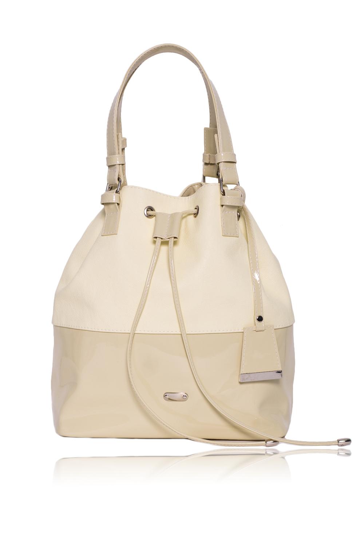 СумкаСумки-шоппинг<br>Женские сумки бренда DINESSI - это стильные аксессуары, которые по достоинству оценят представительницы прекрасного пола.  Сумка quot;мешокquot; с затяжкой и застежкой на магнит. Две короткие ручки. Внутри два накладных кармана и карман на молнии.  Цвет: желто-бежевый.  Размеры: Высота - 29,5 ± 1 см Длина - 27 ± 1 см Ширина - 15 ± 1 см Длина ручек - 41 ± 1 см<br><br>По материалу: Искусственная кожа,Лакированная кожа<br>По размеру: Средние<br>По рисунку: Однотонные<br>По способу ношения: В руках,На плечо<br>По степени жесткости: Мягкие<br>По типу застежки: На магните,На шнурке,С застежкой молнией<br>По элементам: Карман на молнии,Карман под телефон<br>Ручки: Короткие<br>Размер : UNI<br>Материал: Искусственная кожа + Лак<br>Количество в наличии: 1