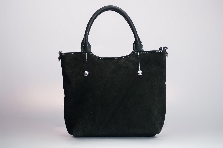Классическая сумкаКлассические<br>Сумка женская, мягкая.  Внутри: 1 отдел, перегородка, карман на молнии, под сотовый телефон. Длинный ремень в комплекте.  Фиксированное дно.  Сзади карман на молнии. Легкая, средняя.   Размеры: длина 30 см высота 21 см ширина 10 см<br><br>По материалу: Искусственная кожа,Тканевые<br>По размеру: Средние<br>По рисунку: Цветные<br>По силуэту стенок: Прямоугольные<br>По способу ношения: В руках,На плечо<br>По степени жесткости: Мягкие<br>По типу застежки: С застежкой молнией<br>По элементам: Карман на молнии,Карман под телефон<br>Ручки: Длинные,Короткие<br>Размер : UNI<br>Материал: Искусственная кожа<br>Количество в наличии: 1