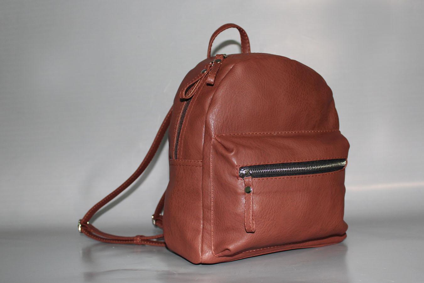 РюкзакРюкзаки<br>Рюкзак женский, мягкий. Внутри: карман на молнии, под сотовый телефон.  Спереди карман на молнии, сзади карман на молнии. Фиксированное дно. Легкий,средний.  Размеры:  длина 26 см  высота 30 см  ширина 13 см  Цвет: коричневый<br><br>По образу: Город,Жизнь,Офис,Свидание<br>По стилю: Молодежные,Повседневные<br>По материалу: Искусственная кожа<br>По размеру: Средние<br>По рисунку: Однотонные<br>По элементам: Карман под телефон,Карман на молнии<br>Отделения: без отделений<br>По силуэту стенок: Прямоугольные<br>По способу ношения: Через плечо<br>По степени жесткости: Полужесткие<br>По типу застежки: С застежкой молнией<br>Ручки: Плечевые,Тонкие<br>Размер: 1<br>Материал: Искусственная кожа<br>Количество в наличии: 5