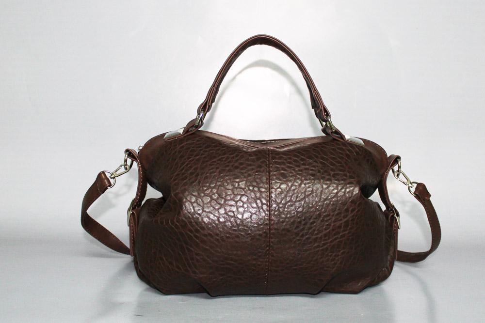 Деловая сумкаДеловые<br>Сумка женская, мягкая.  Внутри: 1 отдел, карман на молнии, под сотовый телефон, небольшая перегородка.  Задний карман на молнии.  Фиксированное дно.  Легкая, объемная.   Размеры: длина 36 см высота 24 см ширина 14 см  Цвет: коричневый<br><br>По стилю: Классические,Молодежные,Повседневные,Возрастные<br>По материалу: Искусственная кожа<br>По размеру: Средние<br>По рисунку: Однотонные,Рептилия<br>По сезону: Всесезон<br>По элементам: Карман под телефон,С ремнями,Карман на молнии<br>Отделения: без отделений<br>По силуэту стенок: Прямоугольные<br>По способу ношения: В руках,На плечо<br>По степени жесткости: Мягкие<br>По типу застежки: С застежкой молнией<br>Ручки: Длинные,Короткие<br>Размер: 1<br>Материал: Искусственная кожа<br>Количество в наличии: 5