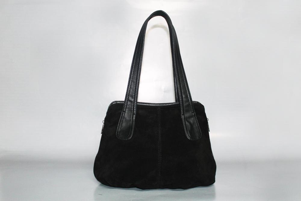 Классическая сумкаКлассические<br>Сумка женская, мягкая.  Внутри: 2 отдела, 2 кармана на молнии, под сотовый телефон. Вставка в боковых швах с молнией, для расширения. Задний карман на молнии. Фиксированное дно. Легкая, среднего размера.  Размеры: длина 37 см высота 26 см ширина 14 см  Цвет: черный<br><br>По материалу: Замшевые,Искусственная кожа<br>По образу: Город,Жизнь,Офис<br>По размеру: Средние<br>По рисунку: Однотонные<br>По силуэту стенок: Трапециевидные<br>По способу ношения: На плечо<br>По степени жесткости: Мягкие<br>По стилю: Классические,Офисные,Повседневные<br>По типу застежки: С застежкой молнией<br>По элементам: Карман на молнии,Карман под телефон<br>Ручки: Длинные<br>Размер : UNI<br>Материал: Искусственная кожа + Натуральная замша<br>Количество в наличии: 5