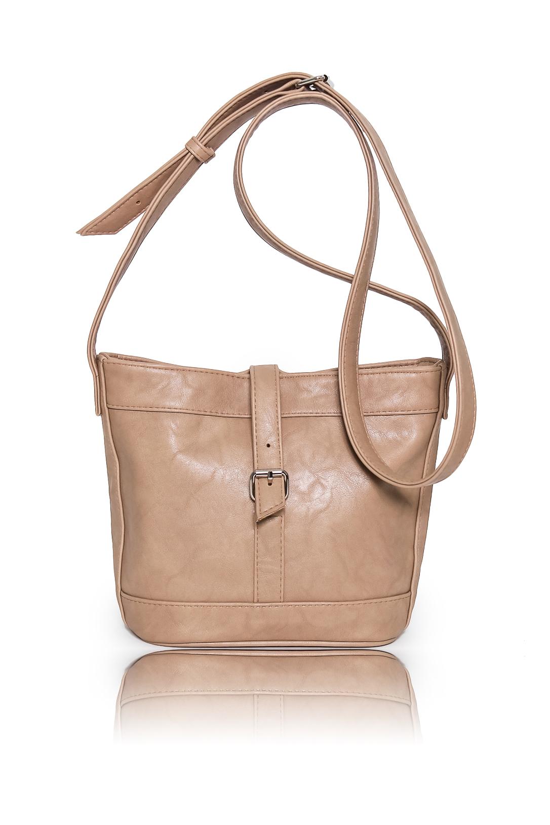 СумкаКлассические<br>Женские сумки бренда DINESSI - это стильные аксессуары, которые по достоинству оценят представительницы прекрасного пола.  Сумка с застежкой на потайной магнит. Длинная лямка с регулировкой на пряжке. Внутри карман на молнии и два накладных кармана.   Цвет: бежевый.  Размеры: Высота - 27 ± 1 см Длина - 20 ± 1 см Ширина - 10 ± 1 см<br><br>По материалу: Искусственная кожа<br>По образу: Город<br>По размеру: Средние<br>По рисунку: Однотонные<br>По силуэту стенок: Трапециевидные<br>По способу ношения: В руках,На плечо,Через плечо<br>По степени жесткости: Мягкие<br>По типу застежки: На магните,С застежкой молнией<br>По элементам: Карман на молнии,Карман под телефон<br>Ручки: Длинные,Регулируемые<br>Размер : UNI<br>Материал: Искусственная кожа<br>Количество в наличии: 1