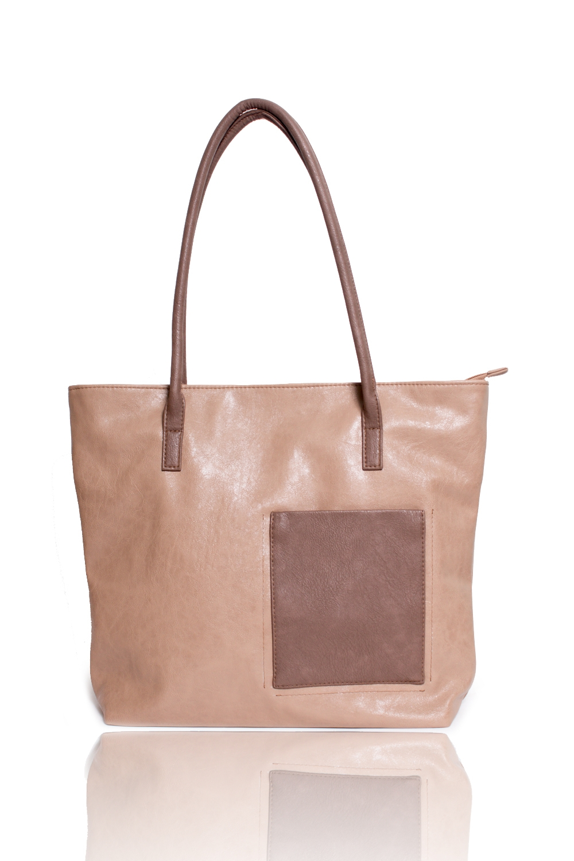 Сумка - шоппингСумки-шоппинг<br>Женские сумки бренда DINESSI - это стильные аксессуары, которые по достоинству оценят представительницы прекрасного пола.  Сумка-шоппинг с застежкой на молнию, двумя ручками и накладным карманом на передней части изделия. На задней части сумки карман на молнии. Внутри два накладных кармана и карман на молнии.   Цвет: бежевый, коричневый.  Размеры: Высота - 34,5 ± 1 см Длина - 42 ± 1 см Ширина - 12 ± 1 см Длина ручек - 63 ± 1 см<br><br>По материалу: Искусственная кожа<br>По размеру: Крупные<br>По рисунку: Однотонные<br>По силуэту стенок: Прямоугольные<br>По способу ношения: В руках,На плечо<br>По степени жесткости: Мягкие<br>По типу застежки: С застежкой молнией<br>По элементам: Карман на молнии,Карман под телефон<br>Ручки: Длинные<br>Размер : UNI<br>Материал: Искусственная кожа<br>Количество в наличии: 1
