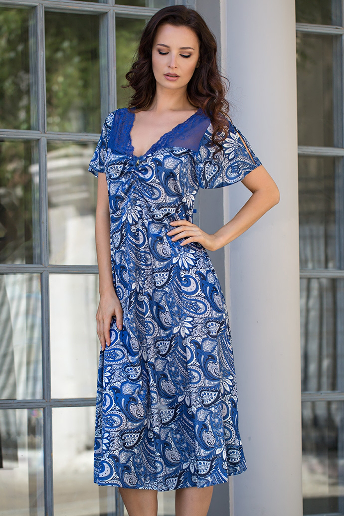 КомбинацияНочные сорочки<br>Длинная элегантная сорочка с подрезом по груди и короткими рукавчиками из принтованного трикотажного шелка. Горловина сорочки отделана синим кружевом.  В изделии использованы цвета: синий, голубой и др.  Ростовка изделия 170 см.<br><br>Горловина: V- горловина<br>По материалу: Шелк<br>По рисунку: С принтом,Цветные,Этнические<br>По силуэту: Приталенные<br>По стилю: Повседневный стиль<br>По форме: Сорочки<br>По элементам: С декором<br>По длине: Ниже колена<br>По сезону: Всесезон<br>Размер : 48,50,52,54<br>Материал: Искусственный шелк<br>Количество в наличии: 4