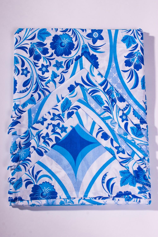 Набор столовыйСтоловые наборы<br>Столовый набор с традиционным русским узором.  В набор входят:  скатерть - 1 шт. салфетки - 6 шт.  Цвет: голубой, белый<br><br>Размер : 150*160,150*190<br>Материал: Бязь набивная б/шва 100% хлопок<br>Количество в наличии: 2