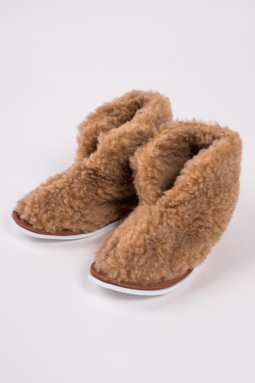 ТапочкиДомашняя обувь<br>Теплые и мягкие домашние тапочки подарят не только комфорт, но и отличное настроение после трудового дня.   В изделии использованы цвета: коричневый<br><br>По материалу: Натуральная шерсть<br>По рисунку: Однотонные<br>По форме: Угги<br>По сезону: Зима<br>Размер : 35-37,36-37<br>Материал: Овчина<br>Количество в наличии: 3