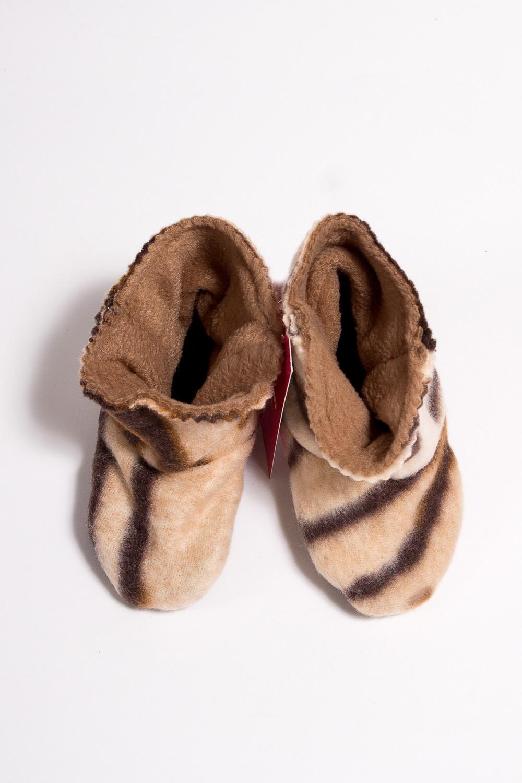 ТапочкиДомашняя обувь<br>Мягкие и удобные тапочки. Выглядеть стильно даже дома - это так легко  Порадуйте вашего малыша уютными тапочками-уггами.  Материал - флис , мягкий, теплый, неаллергенный.  В изделии использованы цвета: бежевый, коричневый<br><br>По сезону: Всесезон<br>Размер : 21,30<br>Материал: Флис<br>Количество в наличии: 2