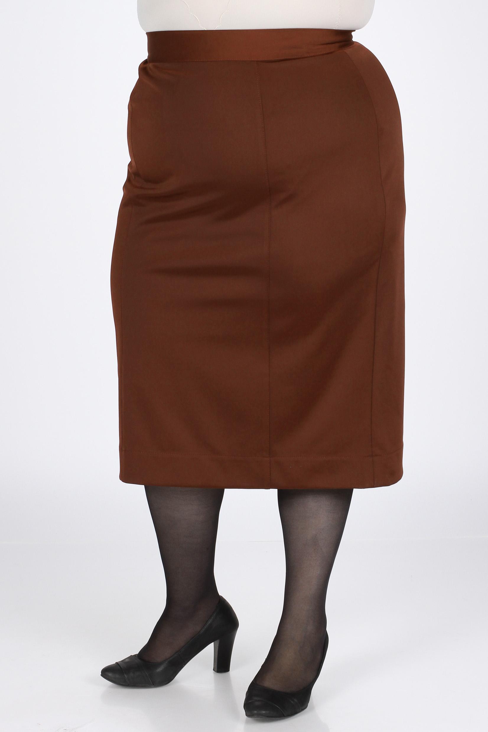 ЮбкаЮбки<br>Классическая юбка из трикотажа с эффектом мокрого шёлка на подкладе. Благодаря ткани-стрейч, юбка хорошо садится на фигуру. На притачном поясе, застёжка на молнии и шлица. Длина изделия по боковому шву - 78 см.  Цвет: коричневый  Рост девушки-фотомодели 164 см., размер 56.<br><br>По длине: Ниже колена<br>По материалу: Вискоза,Тканевые<br>По образу: Город,Офис,Свидание<br>По рисунку: Однотонные<br>По сезону: Весна,Осень<br>По силуэту: Полуприталенные<br>По стилю: Классический стиль,Офисный стиль,Повседневный стиль<br>Размер : 48,52,54,58<br>Материал: Костюмно-плательная ткань<br>Количество в наличии: 4