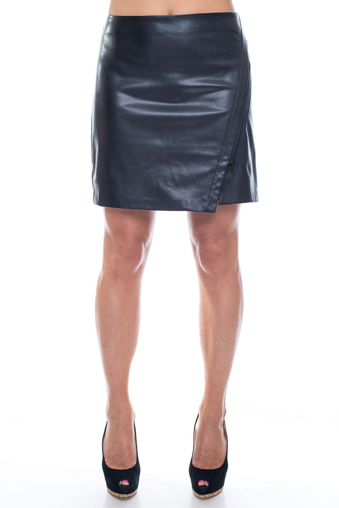 ЮбкаЮбки<br>Однотонная юбка из мягкой кожи. Отличный выбор для создания эффектного образа.   Цвет: черный  Ростовка изделия 170 см.<br><br>По длине: До колена<br>По рисунку: Однотонные<br>По силуэту: Полуприталенные<br>По стилю: Готический стиль,Повседневный стиль<br>По сезону: Осень,Весна<br>Застежка: С молнией<br>По материалу: Искусственная кожа<br>Размер : 42<br>Материал: Искусственная кожа<br>Количество в наличии: 1