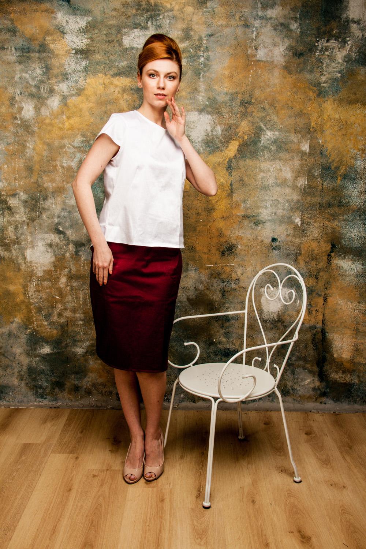 ЮбкаЮбки<br>Великолепная юбка, дизайн которой соединил в себе элегантность классики и изящность современных тенденций. Модель имеет застежку на молнию сзади. Превосходный вариант для офиса. Модель выполнена из ткани Shimmer linen. Это натуральная ткань с неповторимым мерцанием. Ткань хорошо проводит тепло, хорошо впитывает влагу, устойчива к прямым солнечным лучам, обладает высокой износоустойчивостью, одежду можно носить много лет. Льняные ткани достаточно прохладны, поэтому рекомендуется носить одежду из них в летнее время года. Любители комфорта и качества по достоинству оценят изделия из Shimmer linen. Модель идеально будет сочетаться с топом из ткани Shimmer linen DG(8)-NNE и DG(9)-NNE (для просмотра модели введите артикул в строке поиска).  Цвет: бордовый  Ростовка изделия 170 см.<br><br>По длине: Ниже колена<br>По материалу: Тканевые<br>По рисунку: Однотонные<br>По силуэту: Приталенные<br>По стилю: Повседневный стиль<br>По форме: Юбка-карандаш<br>По элементам: С разрезом<br>Разрез: Короткий,Шлица<br>По сезону: Лето,Осень,Весна<br>Размер : 46,48,52<br>Материал: Костюмная ткань<br>Количество в наличии: 3