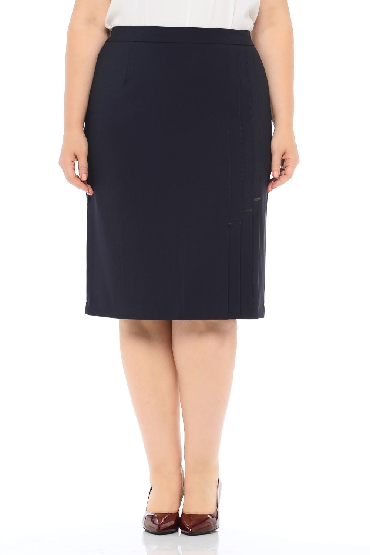 ЮбкаЮбки<br>Прямая классическая юбка на подкладке и притачном поясе с резинками от бокового шва к задней вытачке, застежка расположена сзади по среднему шву на потайную тесьму молнию и закрепляется пуговицей на поясе. По левому боку расположены складки, декорированные отделочной строчкой на 0,1 см. Идеальный женский вариант для повседневной носки, благодаря прекрасно подобранной ткани и комфортной модели позволит отлично чувствовать себя в течение дня любой женщине.  Длина изделия 65 см.  Цвет: черный  Ростовка изделия 170 см.<br><br>По длине: Ниже колена<br>По материалу: Тканевые<br>По рисунку: Однотонные<br>По сезону: Весна,Зима,Лето,Осень,Всесезон<br>По силуэту: Полуприталенные<br>По стилю: Классический стиль,Офисный стиль,Повседневный стиль<br>По элементам: С разрезом<br>Разрез: Шлица<br>По форме: Юбка-карандаш<br>Размер : 50,52,54,60,62<br>Материал: Костюмно-плательная ткань<br>Количество в наличии: 5
