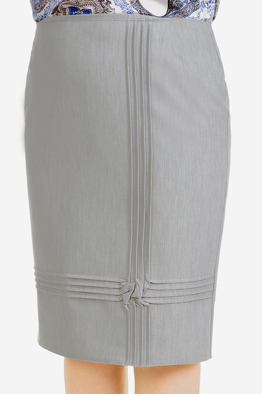 ЮбкаЮбки<br>Эффектная юбка карандаш с заниженной линией талии, длиной до середины колена, выполнена из эластичной костюмной ткани. Верх юбки на обтачке. Спереди застрочены асимметричные вертикальные и горизонтальные защипы, на пересечении которых выложен жатый стилизованный цветок. Сзади шлица и застежка на потайную молнию. Юбка на подкладе.   Длина юбки 57 – 62 см  В изделии использованы цвета: серый  Ростовка изделия 164-170 см.<br><br>По длине: Ниже колена<br>По материалу: Костюмные ткани,Тканевые<br>По рисунку: Однотонные<br>По сезону: Лето,Осень,Весна<br>По силуэту: Приталенные<br>По стилю: Повседневный стиль<br>По форме: Юбка-карандаш<br>По элементам: С декором,С разрезом,С подкладом<br>Разрез: Короткий<br>Размер : 48,50,52,54,56<br>Материал: Костюмно-плательная ткань<br>Количество в наличии: 12
