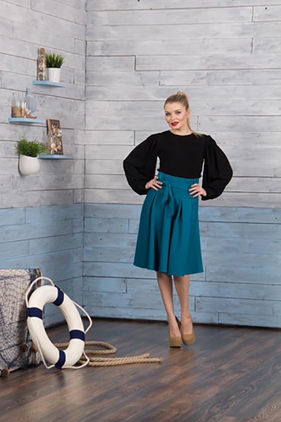 ЮбкаЮбки<br>Модная юбка длиной ниже колена. Модель с завышенной талией и выполнена из плотного материала. Юбка станет отличным дополнение в Вашем гардеробе.  Цвет: морская волна  Ростовка изделия 170 см.<br><br>По длине: Ниже колена<br>По материалу: Атлас,Тканевые,Шелк<br>По рисунку: Однотонные<br>По сезону: Лето<br>По силуэту: Свободные<br>По стилю: Повседневный стиль<br>По элементам: Со складками<br>По форме: Юбка-трапеция<br>Размер : 48<br>Материал: Атлас<br>Количество в наличии: 1