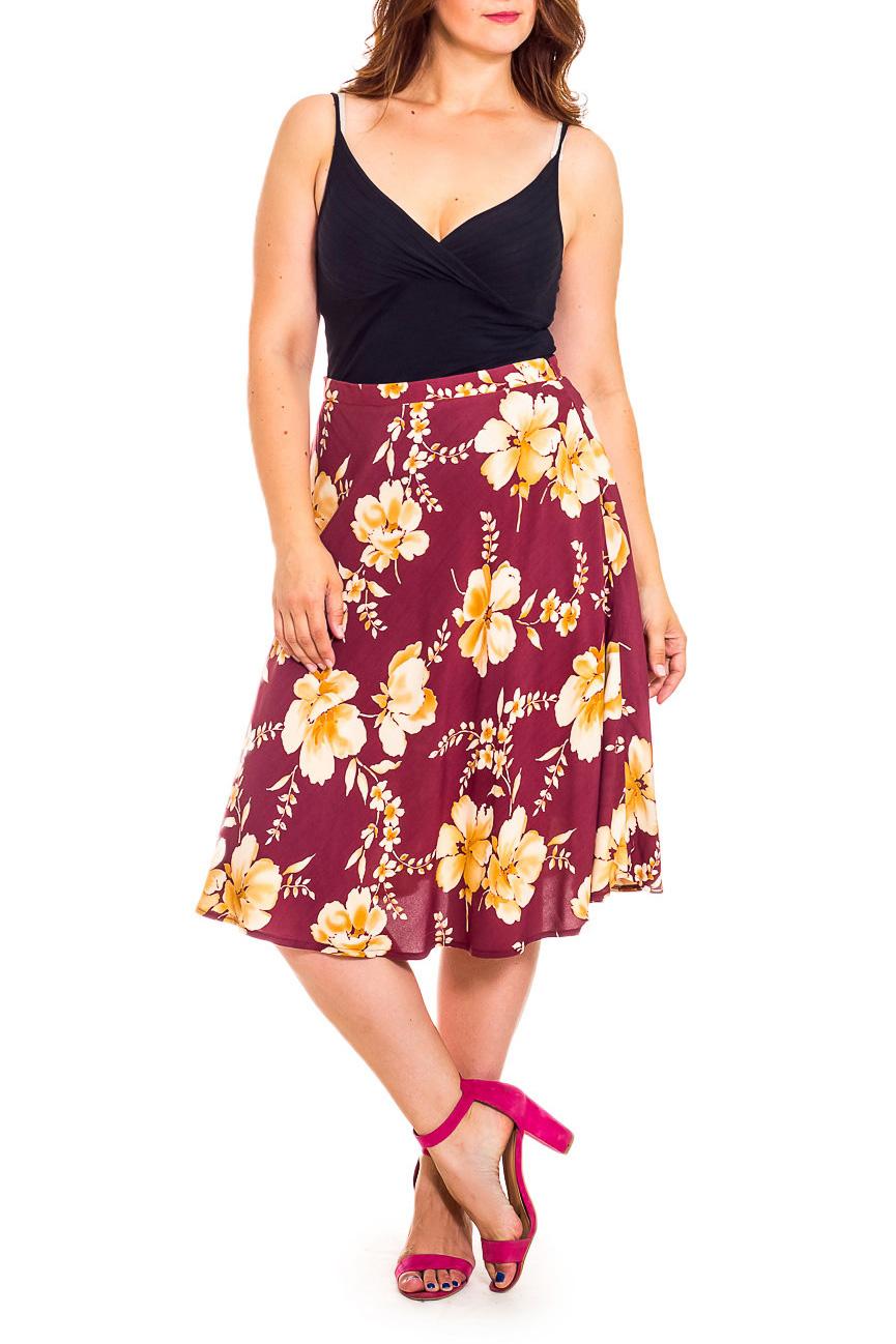 ЮбкаЮбки<br>Эта очаровательная юбка станет прекрасной составляющей Вашего модного гардероба.  В изделии использованы цвета: вишневый, бежевый и др.  Рост девушки-фотомодели 180 см<br><br>Застежка: С резинкой<br>По длине: Миди,Ниже колена<br>По материалу: Атлас<br>По рисунку: Растительные мотивы,С принтом,Цветные,Цветочные<br>По сезону: Весна,Зима,Лето,Осень,Всесезон<br>По силуэту: Полуприталенные,Свободные<br>По стилю: Винтаж,Летний стиль,Повседневный стиль,Романтический стиль<br>По форме: Юбка-трапеция<br>По элементам: С декором<br>Размер : 50<br>Материал: Плательная ткань<br>Количество в наличии: 1