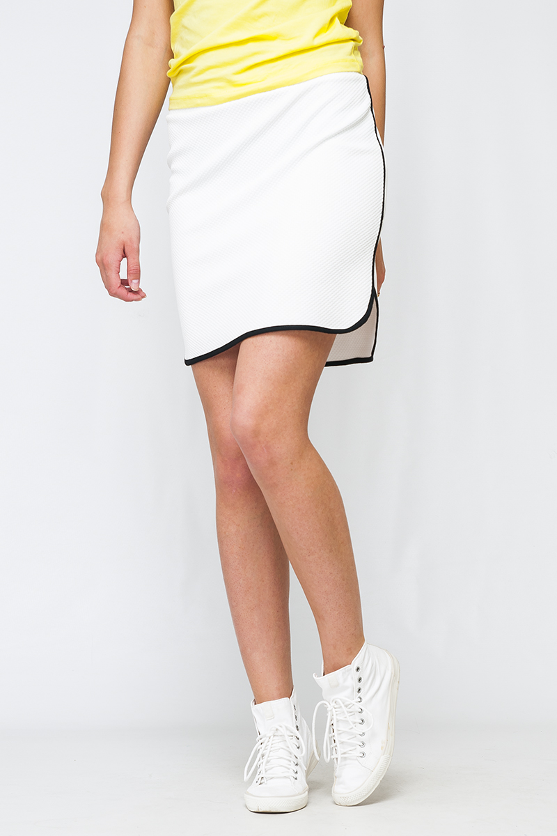 ЮбкаЮбки<br>Замечательная юбка с контрастной отделкой. Модель выполнена из приятного трикотажа. Отличный выбор для повседневного гардероба.  Параметры изделия:  44 размер: обхват по линии бедер - 94 см, длина - 44 см;  48 размер: обхват по линии бедер - 102 см, длина - 46 см  Цвет: белый  Рост девушки-фотомодели 170 см<br><br>По длине: До колена<br>По материалу: Трикотаж<br>По рисунку: Однотонные<br>По силуэту: Полуприталенные<br>По стилю: Повседневный стиль,Спортивный стиль<br>По элементам: С разрезом<br>По сезону: Лето<br>Размер : 40,42,44,46,48<br>Материал: Трикотаж<br>Количество в наличии: 9