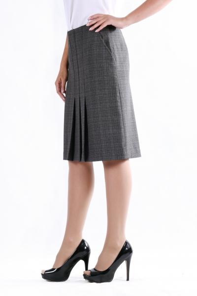 ЮбкаЮбки<br>Стильная  юбка с оригинальной драпировкой складок впереди.  Юбка застегивается на молнию с боку, потайные карманы. Прекрасный вариант для повседневной носки. Очень комфортная и практичная модель.  Цвет: серый  Рост девушки-фотомодели 170 см.<br><br>По длине: Ниже колена<br>По материалу: Костюмные ткани,Тканевые<br>По рисунку: Геометрия,Однотонные,В клетку<br>По сезону: Весна,Осень<br>По силуэту: Полуприталенные<br>По стилю: Офисный стиль,Повседневный стиль<br>По элементам: С карманами,Со складками<br>Размер : 44,48,56<br>Материал: Костюмно-плательная ткань<br>Количество в наличии: 4