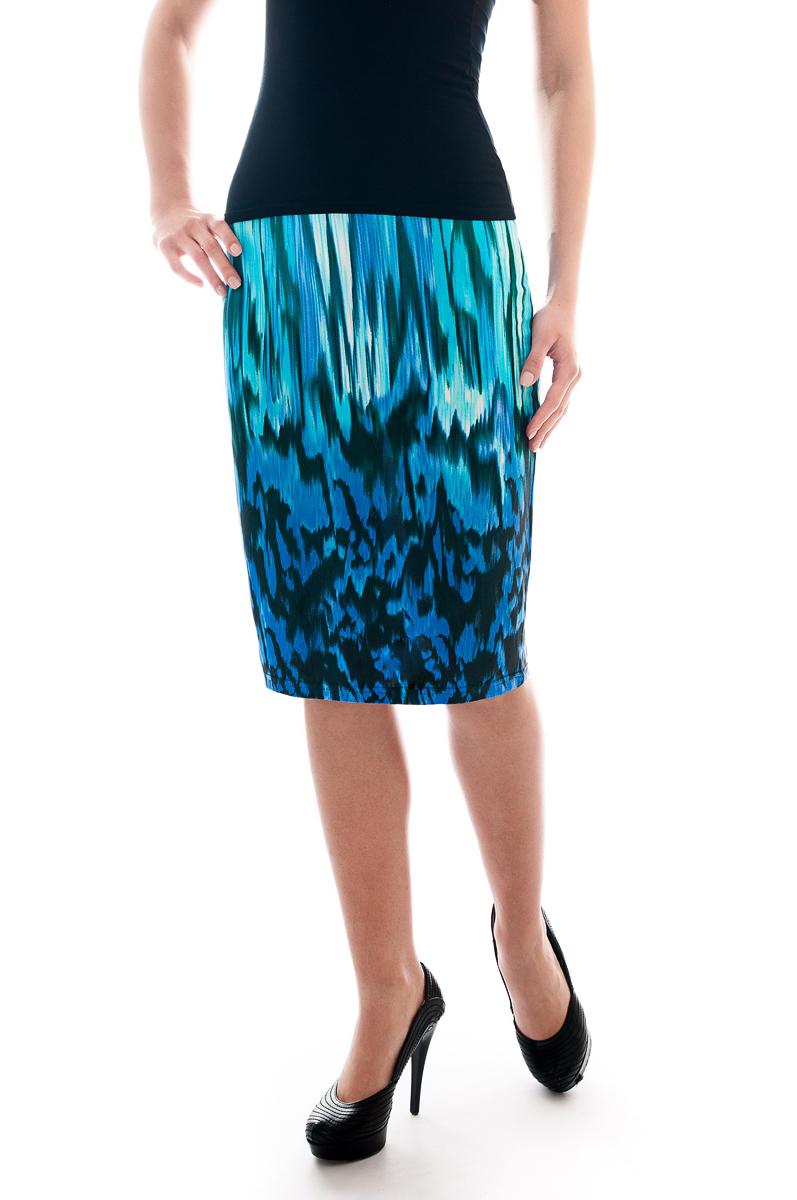 ЮбкаЮбки<br>Красивая юбка обтягивающего силуэта. Модель выполнена из приятного трикотажа. Отличный выбор для повседневного гардероба.  Параметры изделия:  42 размер(на 40): ширина талии 26см, ширина бедер 43см, длина изделия 54см;  54 размер(на 52): ширина талии 38см, ширина бедер 55,5см, длина изделия 61см.  В изделии использованы цвета: синий, бирюзовый  Рост девушки-фотомодели 175 см.<br><br>По длине: Ниже колена<br>По материалу: Трикотаж<br>По рисунку: С принтом,Цветные<br>По силуэту: Приталенные<br>По стилю: Повседневный стиль<br>По форме: Юбка-карандаш<br>По сезону: Осень,Весна<br>Размер : 40<br>Материал: Холодное масло<br>Количество в наличии: 2