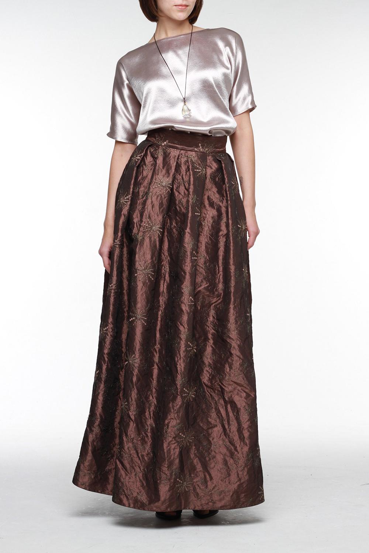 ЮбкаЮбки<br>Эффектная пышная юбка в пол из блестящей тафты с золотой вышивкой — идеальный вариант для любого торжества. Она имеет высокий широкий пояс, который подчеркнет талию, глубокие складки, молнию на спинке.  Цвет: коричневый  Рост девушки-фотомодели 177 см.<br><br>По длине: Макси<br>По материалу: Костюмные ткани<br>По рисунку: Однотонные<br>По сезону: Весна,Всесезон,Зима,Лето,Осень<br>По силуэту: Свободные<br>По стилю: Нарядный стиль,Повседневный стиль<br>По элементам: С завышенной талией<br>По форме: Юбка-трапеция<br>Размер : 44,46<br>Материал: Полиэстер<br>Количество в наличии: 3