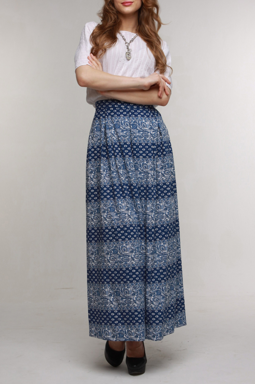 ЮбкаЮбки<br>Прекрасная юбка в пол из вискозного штапеля со встречными мягкими складками. Юбка застегивается на молнию и имеет пояс. Нежный, освежающий принт и комфортная ткань поднимут Вам настроение.  Цвет: синий, белый  Рост девушки-фотомодели 174 см.<br><br>По длине: Макси<br>По материалу: Вискоза<br>По рисунку: С принтом,Цветные<br>По силуэту: Полуприталенные<br>По стилю: Повседневный стиль<br>По сезону: Лето<br>Размер : 50,52,54,56<br>Материал: Вискоза<br>Количество в наличии: 4