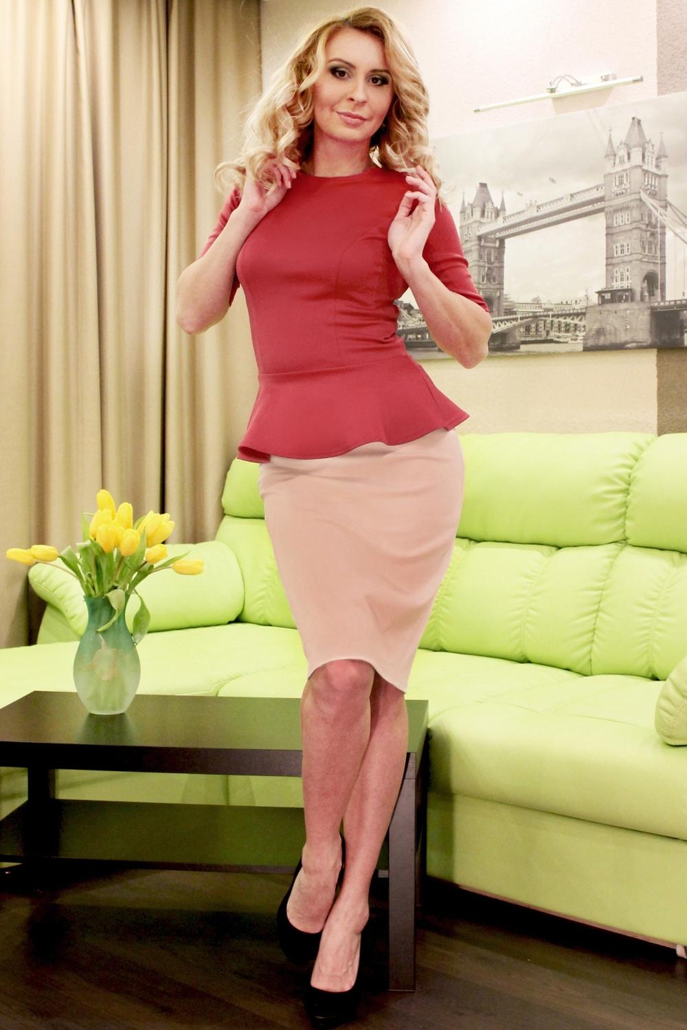 ЮбкаЮбки<br>Элегантная юбка-карандаш на каждый день из плотного джерси, пояс с резинкой. Модель выглядит эффектно и позволяет создавать интересные образы, в зависимости от настроения, а также вытягивает силуэт и стройнит её обладательницу.  Длина юбки от 61 см до 64 см, в зависимости от размера изделия.  Цвет: бежевый  Рост девушки-фотомодели 175 см<br><br>По длине: До колена<br>По материалу: Трикотаж<br>По рисунку: Однотонные<br>По силуэту: Обтягивающие<br>По стилю: Классический стиль,Офисный стиль,Повседневный стиль<br>По форме: Юбка-карандаш<br>По сезону: Осень,Весна<br>Размер : 44<br>Материал: Трикотаж<br>Количество в наличии: 1