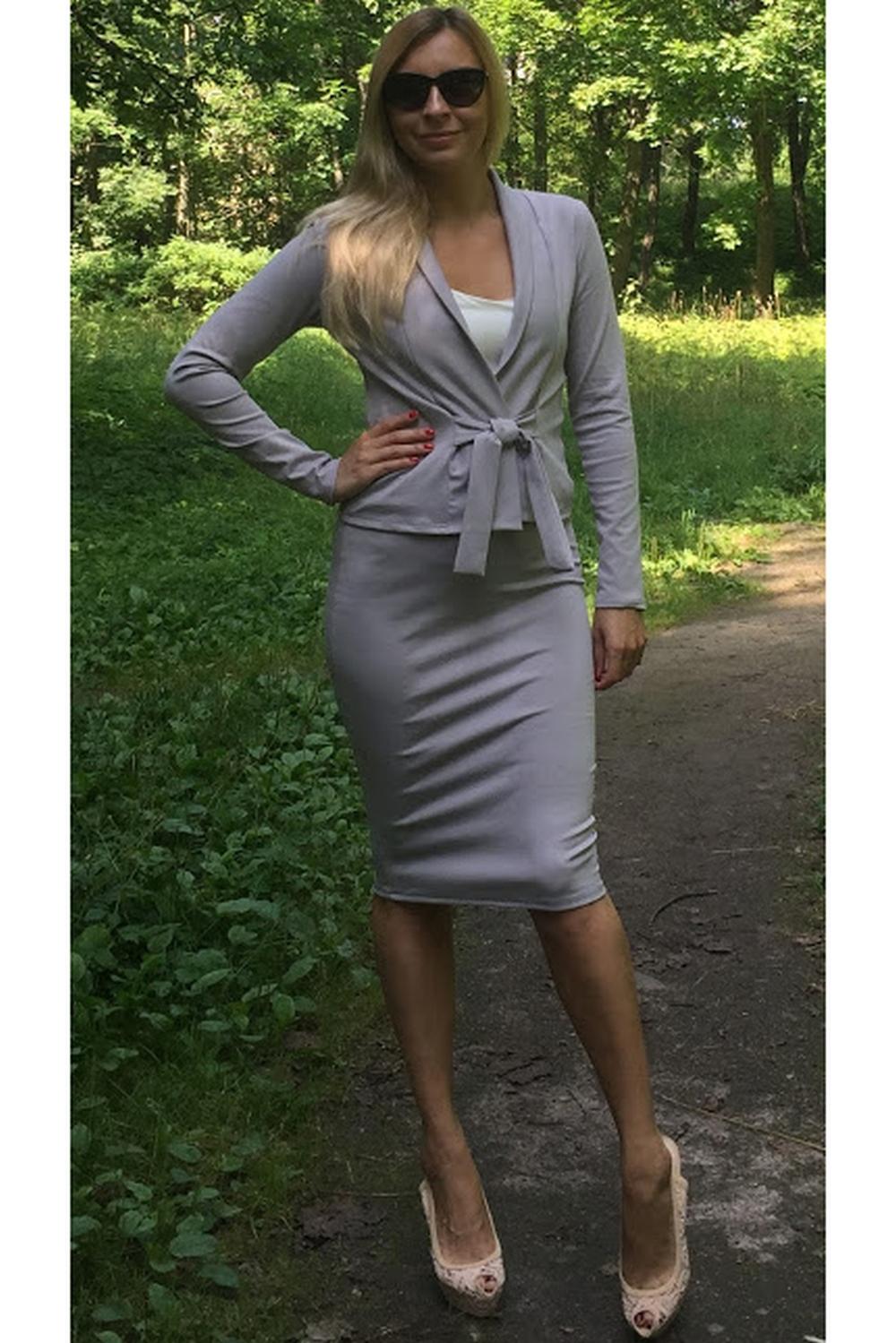 ЮбкаЮбки<br>Элегантная юбка-карандаш на каждый день из плотного джерси, пояс с резинкой. Модель выглядит эффектно и позволяет создавать интересные образы, в зависимости от настроения, а также вытягивает силуэт и стройнит её обладательницу.  Длина юбки от 61 см до 64 см, в зависимости от размера изделия.  Цвет: серый  Рост девушки-фотомодели 175 см<br><br>По длине: До колена<br>По материалу: Трикотаж<br>По рисунку: Однотонные<br>По силуэту: Обтягивающие<br>По стилю: Классический стиль,Офисный стиль,Повседневный стиль<br>По форме: Юбка-карандаш<br>По сезону: Осень,Весна<br>Размер : 44<br>Материал: Трикотаж<br>Количество в наличии: 1