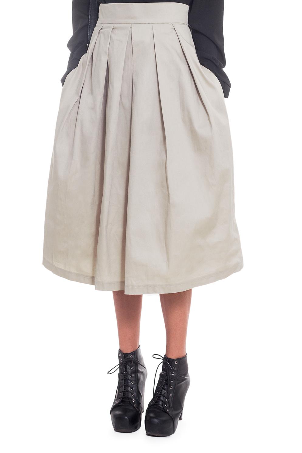 ЮбкаЮбки<br>Очаровательная женская юбка, крой которой украсит любую фигуру.   Юбка расширенная к низу на поясе. На передней части изделия складки заложены к центру. На спинке средний шов с молнией и складки, заложенные к центру. Карманы в боковых швах. Цвет: светло-бежевый.  Рост девушки-фотомодели 173 см  Длина изделия - 73 ± 2 см<br><br>По длине: Ниже колена<br>По материалу: Костюмные ткани,Тканевые,Хлопок<br>По рисунку: Однотонные<br>По сезону: Весна,Всесезон,Зима,Лето,Осень<br>По силуэту: Полуприталенные,Свободные<br>По стилю: Винтаж,Классический стиль,Кэжуал,Офисный стиль,Повседневный стиль,Романтический стиль,Летний стиль<br>По форме: Юбка-солнце<br>По элементам: С декором,С карманами,Со складками<br>Застежка: С молнией<br>Размер : 48,50<br>Материал: Костюмно-плательная ткань<br>Количество в наличии: 4