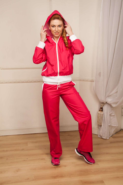КурткаСпортивная одежда<br>Стильная куртка с длинной молнией, двумя карманами и капюшоном для занятия спортом или прогулок. Оригинальный дизайн изделия не позволит Вам остаться незамеченной. В данной модели используется подкладочная ткань сетка, обеспечивающая комфорт при носке, оптимальные условия микроклимата, не сковывает движений. Модель выполнена из ткани микрофибра - это текстиль новейшего поколения, бархатистая, эластичная, чрезвычайно крепкая ткань, устойчивая к химическому и световому воздействию. Тело в одежде из микрофибры беспрепятственно насыщается кислородом. К преимуществам микрофибры следует отнести отсутствие капризности: ткань мужественно переносит все тяготы эксплуатации, сохраняя первозданный вид в течение долгих лет. Необходимо лишь стирать изделия при температуре не выше 60 градусов без использования кондиционеров.  Цвет: фуксия.  Рост девушки-фотомодели 170 см  При создании образа, который Вы видите на фотографии, также были использованы брюки арт. B(1)-NNE. Для просмотра модели введите артикул в строке поиска.<br><br>По материалу: Плащевая ткань<br>По рисунку: Неоновые,Однотонные<br>По сезону: Весна,Зима,Осень,Всесезон<br>По силуэту: Полуприталенные<br>По стилю: Повседневный стиль,Спортивный стиль<br>По элементам: С карманами,С капюшоном,С манжетами,С отделочной фурнитурой<br>Застежка: С молнией<br>По форме: Кофты<br>Рукав: Длинный рукав<br>Размер : 46<br>Материал: Плащевая ткань<br>Количество в наличии: 1
