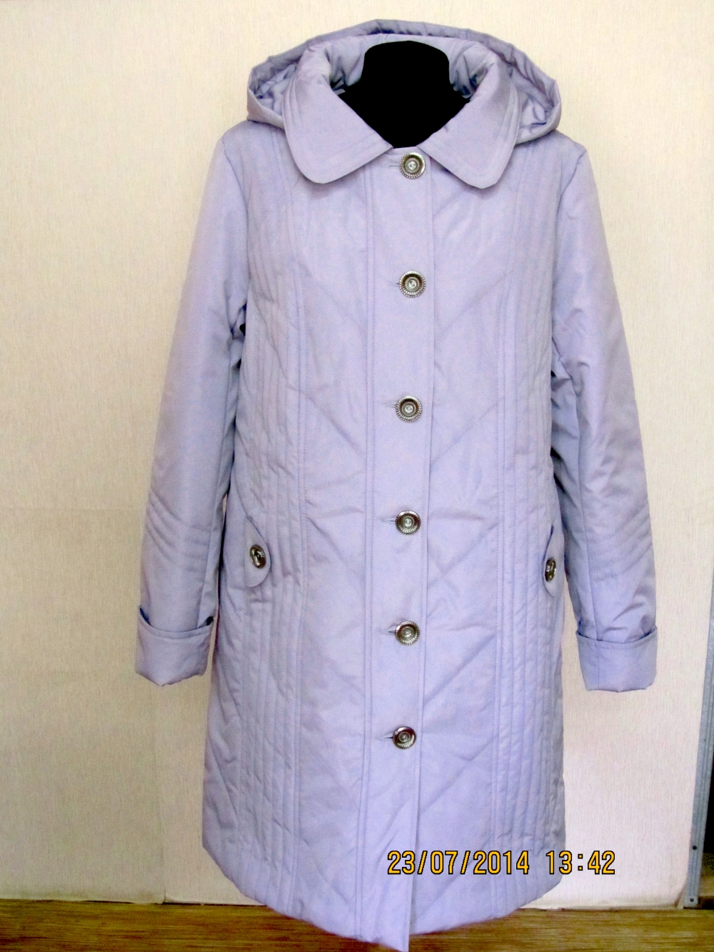 КурткаКуртки<br>Демисезонная курточка со стояче-отложным воротником, застежкой на пуговицы и капюшоном. Модель выполнена из плотной болони. Отличный выбор для повседневного гардероба. Ростовка изделия 170 см.  Цвет: сиреневый  Температурный режим: до -10 градусов.<br><br>Воротник: Стояче-отложной<br>Застежка: С пуговицами<br>По длине: Удлиненные<br>По материалу: Плащевая ткань<br>По рисунку: Однотонные<br>По силуэту: Полуприталенные<br>По стилю: Повседневный стиль<br>По элементам: С капюшоном,С карманами<br>Рукав: Длинный рукав<br>По сезону: Осень,Весна<br>Размер : 56,58<br>Материал: Болонья<br>Количество в наличии: 2