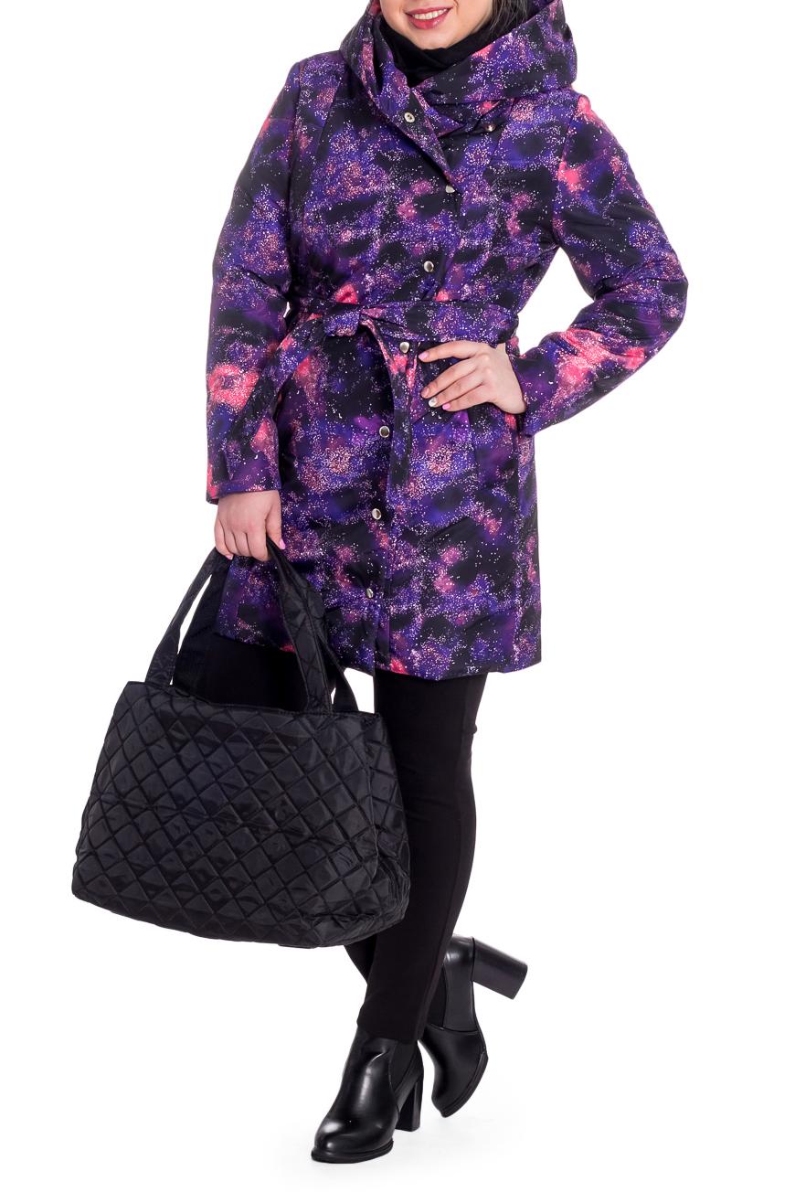 КурткаКуртки<br>Танкер демисезонный, прямого силуэта со съемным поясом. На передней части изделия рельефы, карманы с клапаном и смещенная застежка на потайные кнопки. Капюшон. Рукав втачной, двушовный, длинный.  Цвет: фиолетовый с розовым.  Синтепон - лёгкий, объёмный, упругий нетканый материал, служащий утеплителем. Преимущества синтепона заключаются в лёгкости, хороших теплозащитных свойствах и малом весе, а также в безвредности для человека.  Плотность 150 г/кв.м - теплый синтепон в 1,5 см толщиной. Состав верхней ткани 100% полиэстер Состав подкладочной ткани 100% полиэстер Состав утеплителя 100% полиэфирное волокно.  Температурный режим до - 10°C  Длина рукава - 62 ± 1 см  Рост девушки-фотомодели 170 см  Длина изделия - 94 ± 2 см<br><br>Воротник: Фантазийный<br>Застежка: С кнопками<br>По материалу: Плащевая ткань,Синтепон<br>По рисунку: С принтом,Цветные<br>По силуэту: Прямые<br>По стилю: Кэжуал,Молодежный стиль,Повседневный стиль,Спортивный стиль,Ультрамодный стиль<br>По элементам: С воротником,С декором,С капюшоном,С карманами,С подкладом,С поясом<br>Рукав: Длинный рукав<br>По сезону: Осень,Весна<br>По длине: Средней длины<br>Размер : 52,56,58<br>Материал: Плащевая ткань<br>Количество в наличии: 5