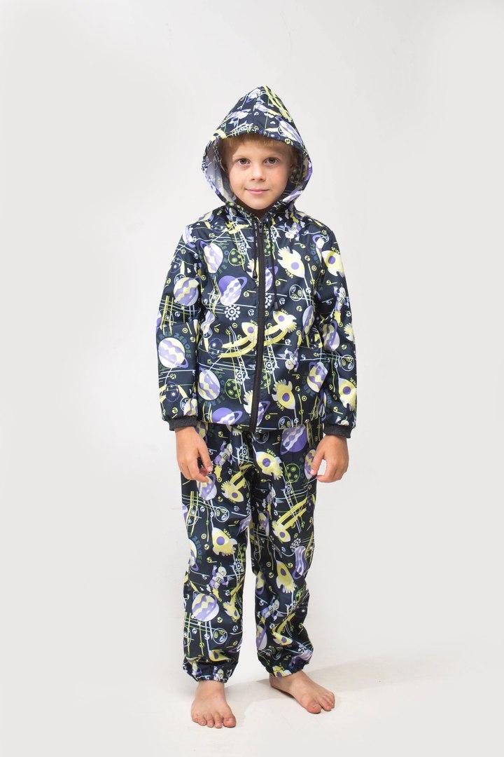 КостюмВерхняя одежда<br>Яркий и удобный дождевик защитит ребенка от дождя и сделает его заметным. Дождевик изготовлен из плотной плащевки с водоотталкивающей пропиткой, которая не промокает и не липнет к одежде. Дождевик не сковывает движения ребенка, в этом дождевике можно даже кататься на велосипеде. Дождевик легко складывается и займет совсем немного места в сумке. Его всегда можно носить с собой. Гулять в таком ярком дождевике одно удовольствие для ребенка, и полное спокойствие для мамы Инструкция по уходу: стирка в теплой воде при температуре 40°С, не отбеливать.  Дюспа (Dewspo) – это плотный, мягкий на ощупь, легкий материал из полиэстеровых волокон. Дюспа характеризуется отличными воздухопроницаемыми и ветрозащитными свойствами. Водоупорная внутренняя отделка создает надежную защиту ткани от влаги, грязи и пуха.  В изделии использованы цвета: серый и др.  Размер 74 соответствует росту 70-73 см Размер 80 соответствует росту 74-80 см Размер 86 соответствует росту 81-86 см Размер 92 соответствует росту 87-92 см Размер 98 соответствует росту 93-98 см Размер 104 соответствует росту 98-104 см Размер 110 соответствует росту 105-110 см Размер 116 соответствует росту 111-116 см Размер 122 соответствует росту 117-122 см Размер 128 соответствует росту 123-128 см Размер 134 соответствует росту 129-134 см Размер 140 соответствует росту 135-140 см Размер 146 соответствует росту 141-146 см Размер 152 соответствует росту 147-152 см Размер 158 соответствует росту 153-158 см Размер 164 соответствует росту 159-164 см<br><br>По возрасту: Дошкольные ( от 3 до 7 лет),Школьные ( от 7 до 13 лет),Ясельные ( от 1 до 3 лет)<br>По длине: Макси<br>По материалу: Плащевая ткань<br>По образу: Повседневные<br>По рисунку: С принтом (печатью),Цветные<br>По силуэту: Полуприталенные<br>По элементам: С капюшоном,С манжетами<br>Рукав: Длинный рукав<br>По сезону: Осень,Весна<br>Размер : 110,122,134,98<br>Материал: Болонья<br>Количество в наличии: 4
