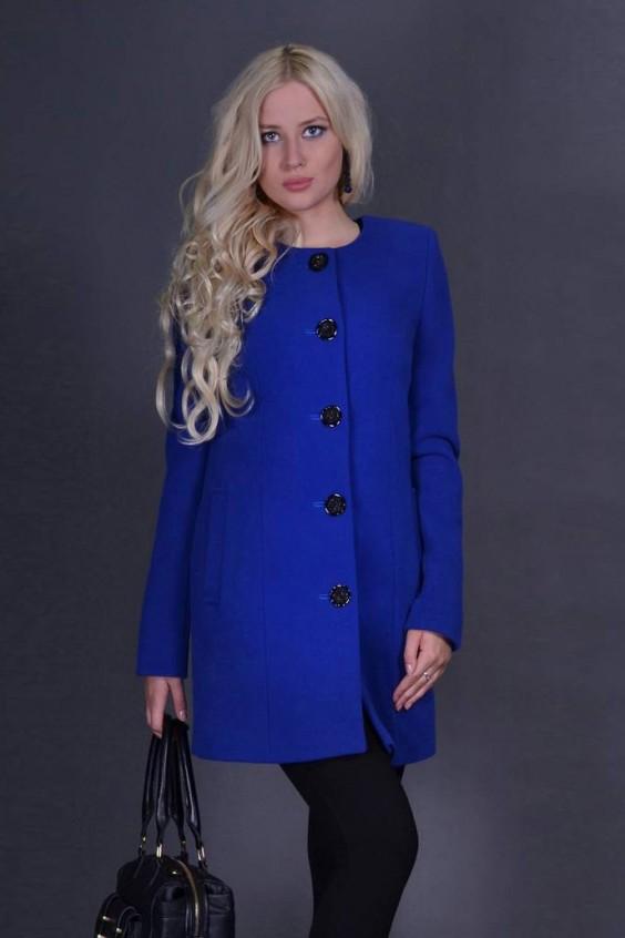 Эффектное женское пальто с круглой горловиной и длинными рукавами. . Модел